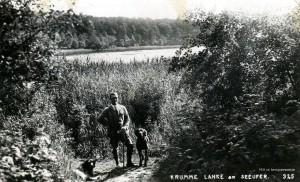 1931-07-05 Krumme lanke Mann mit zwei Hunden klein a