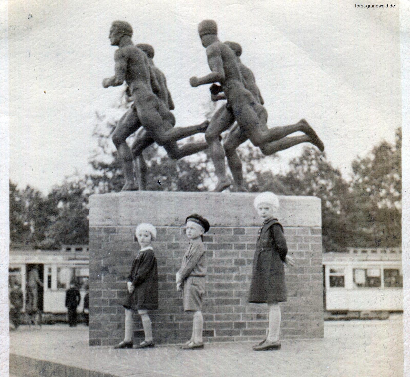 1936 ca. Laeufer Scholzplatz mit Kinder a klein