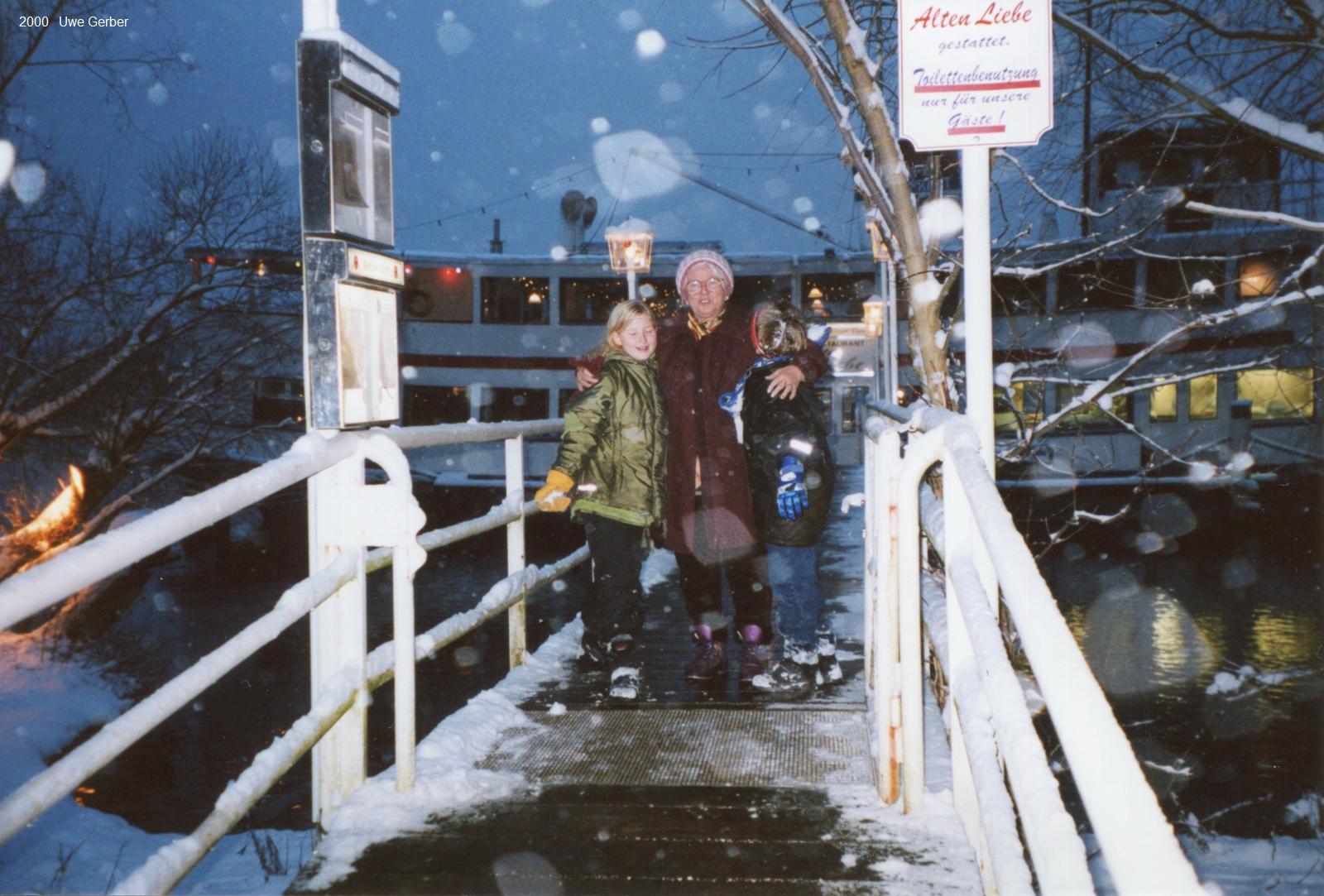2000-12 Oma, Caro und Tobi vor Alter Liebe klein